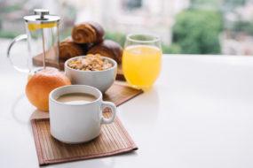 6 продуктов, которых следует избегать при гиперактивном мочевом пузыре